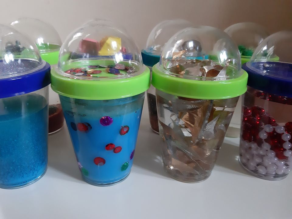 Butelki sensoryczne z pojemnika na jogurt